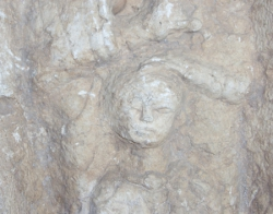 Große Grabstele (Ausschnitt), Kalkstein, Kind in Mutterschoß, römisch, Kleinasien